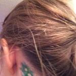 tatouage femme point virgule negatif derriere oreille couleur verte