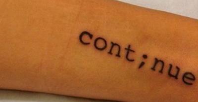 tatouage femme semicolon integré dans mot continue a la place du i