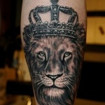 tatouage lion avec couronne fille