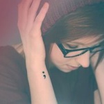 tatouage point virgule fille coté poignet