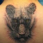 tatouage tete de lionne fille en dessous de la nuque
