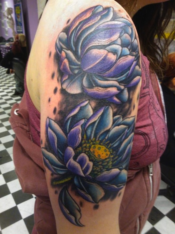 2 fleurs de lotus violettes femme a tatouer epaule et haut du bras