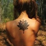 belle fleur de lotus tatouage femme haut du dos