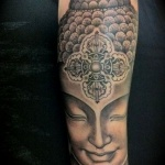bouddhisme femme a tatouer bras encre noire