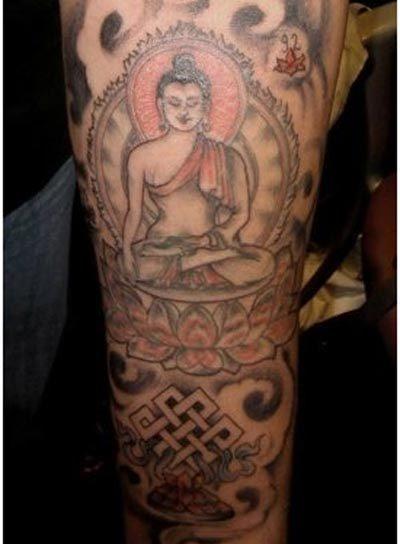 bouddhisme femme a tatouer manchettes avec symboles astamangala