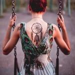 capteur de reve femme a tatouer centre du dos sous la nuque