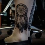 capteur de reve femme a tatouer dessus de cheville avec cerceau epais