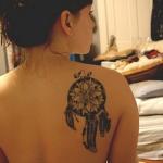dreamcatcher tatouage femme omoplate avec belle rosace
