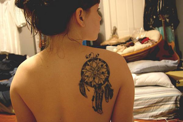 dreamcatcher tatouage femme omoplate avec belle rosace tatouage femme. Black Bedroom Furniture Sets. Home Design Ideas