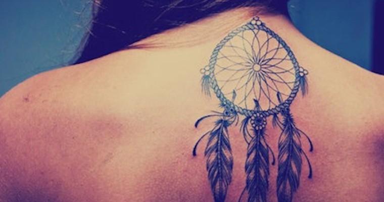 dreamcatcher tatouage femme sous la nuque haut du dos