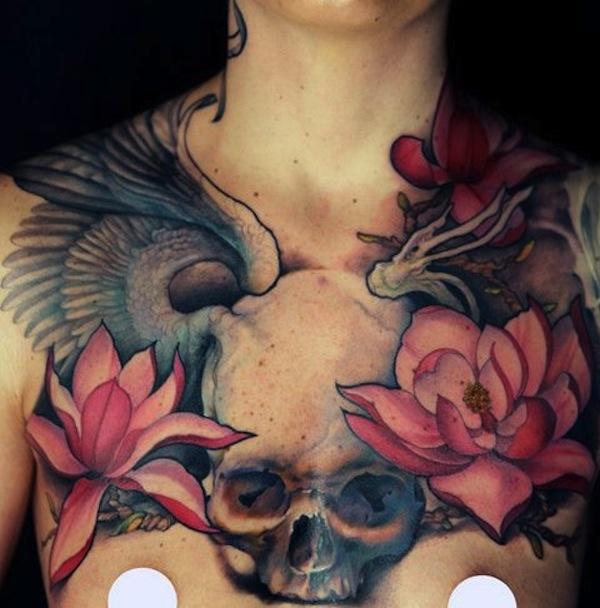 exemple tatouage 2 fleurs de lotus rose femme sur le dessus des seins avec une tete de mort