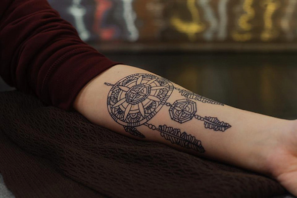 exemple tatouage attrape reve femme style mandala interieur avant bras