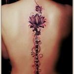 exemple tatouage fleur de lotus femme le long de la colonne vertebrale avec arabesques