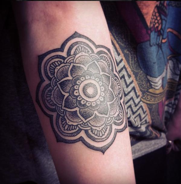 exemple tatouage fleur de lotus femme mandala sur l interieur de l avant bras