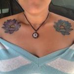 exemple tatouage fleur de lotus femme sur chaque epaule