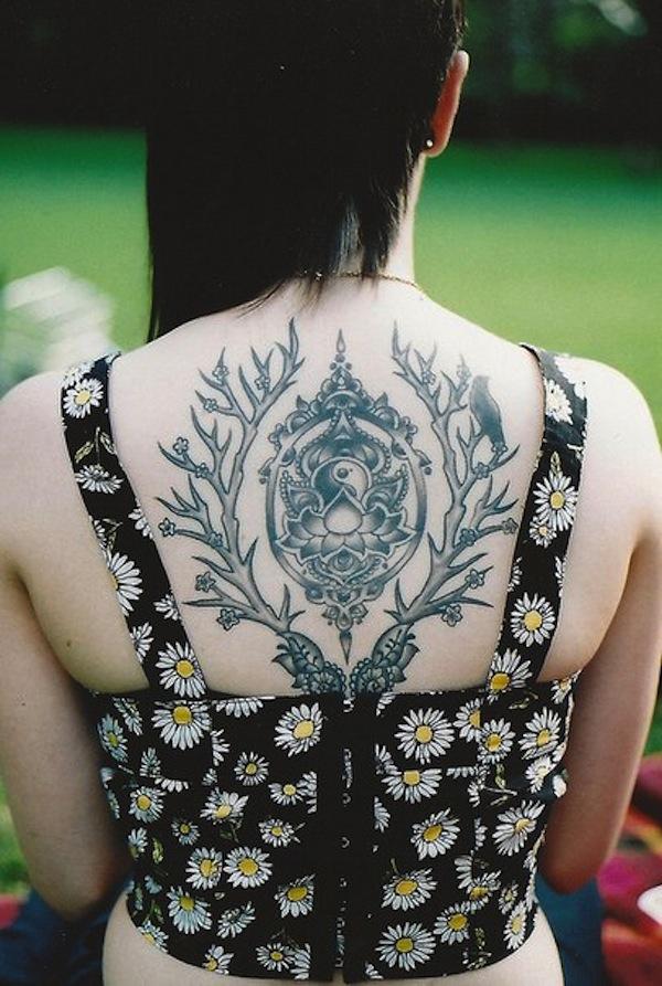 fleur de lotus dos dans tatouage elabore femme