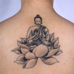 fleur de lotus femme a tatouer en dessous de la nuque haut du dos avec bouddha