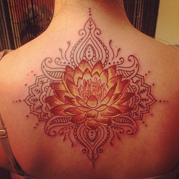 fleur de lotus femme a tatouer  style mandala haut du dos centre