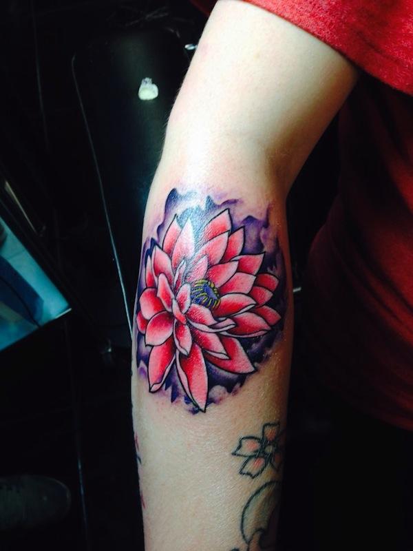 fleur de lotus rose femme a tatouer exterieur haut de l avant bras