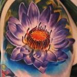 fleur de lotus violette femme a tatouer sur l epaule