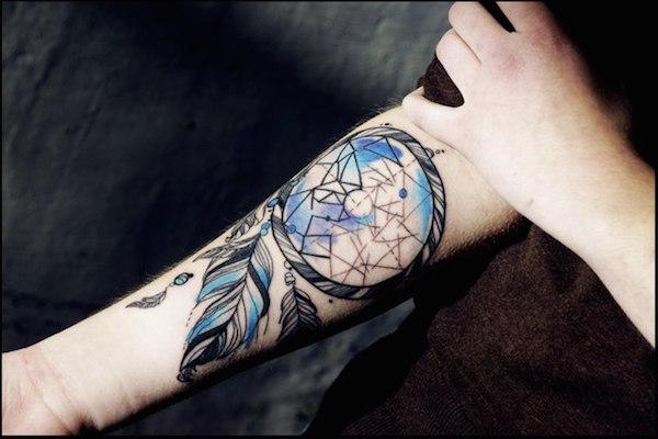 idee tatoo femme amerindien bi couleur bleu et noir bras