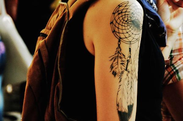 idee tatoo femme amerindien epaule avec belles plumes bicolores