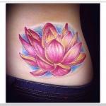 idee tatoo femme fleur de lotus hanche