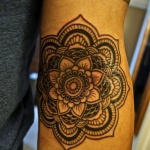 idee tatoo femme fleur de lotus interieur du bras centre style mandala