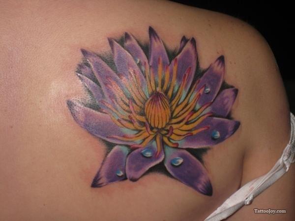 idee tatoo femme fleur de lotus violet omoplate