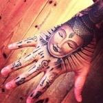 idee tattoo tete de bouddha femme main et doigts