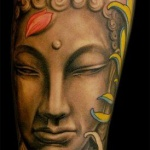 modele tatouage bouddha couleur avec fleurs rouges sur bras