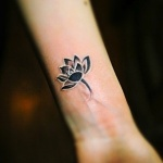 petite fleur de lotus tatouage discret femme interieur poignet