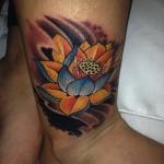photo tatouage fleur de lotus femme dessus de la cheville
