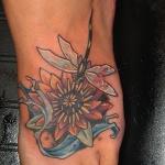 photo tatouage fleur de lotus femme pied et libellule