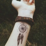 photo tattoo feminin attrape reve indien dsicret poignet