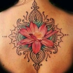 photo tattoo feminin fleur de lotus couleur dos contour mandala