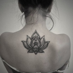 photo tattoo feminin fleur de lotus symbole dos