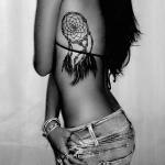 tatouage attrape reve fille cote avec plumes noires