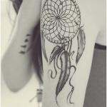 tatouage attrape reve fille haut du bras