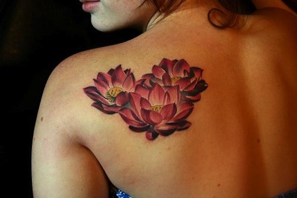 tatouage femme 3 fleurs de lotus omoplate