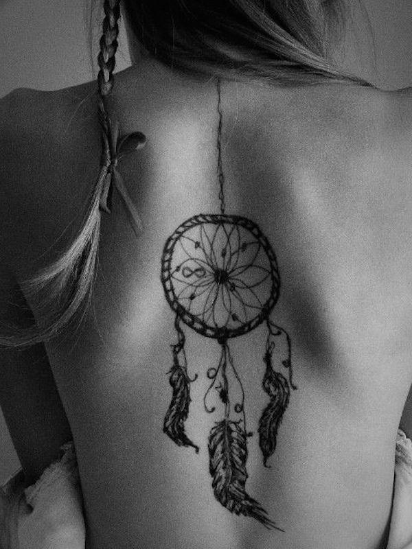 tatouage femme attrapeur de reve avec signe infini