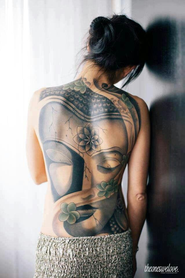tatouage femme bouddha tete dos entier avec fleurs encre noire