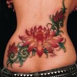 tatouage femme fleur de lotus couleur bas du dos large