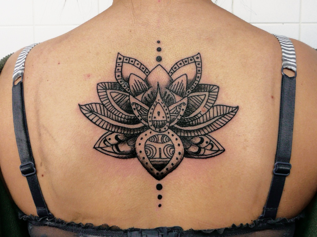 tatouage femme lotus mandala dos encre noire