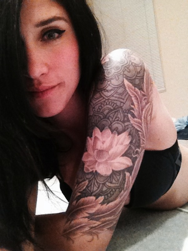 tatouage fleur de lotus fille bras epaule demi manchette haut