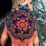 tatouage fleur de lotus fille recouvrant la main
