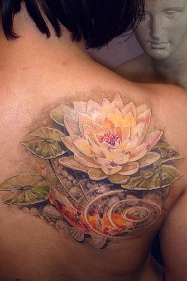 tatouage fleur de lotus fille style asiatique avec carpe koi