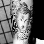 tatouage symboles bouddhistes fille interieur avant bras