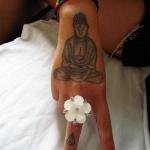 tatouage tibetain bouddha femme sur la main