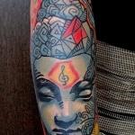 tete de bouddha tatouage femme couleur avant bras